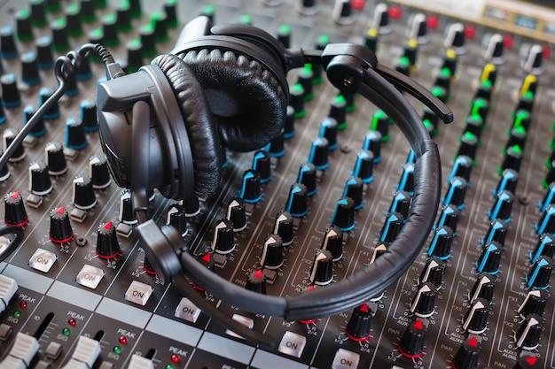 Mélangeur de son et écouteurs. studio d'enregistrement.