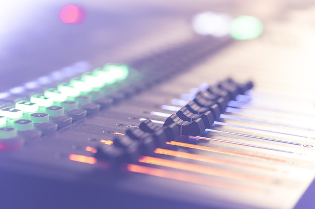 Mélangeur sonore. console de mixage audio professionnelle avec lumières, boutons, faders et curseurs.