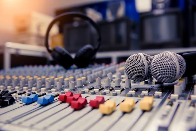 Mélangeur de sons en gros plan et microphones liés à la salle de réunion.