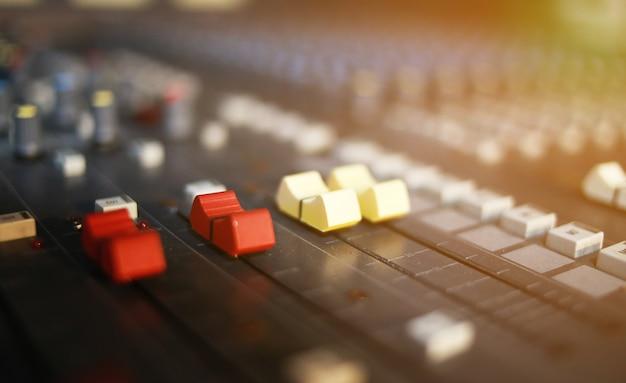 Mélangeurs audio dans la salle de musique