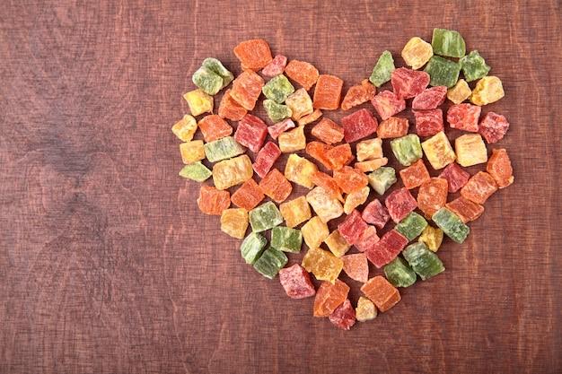 Mélangez la collection de forme de coeur de fruits secs sur le bois