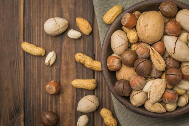 Mélangez diverses noix dans un bol profond sur la table. la nourriture végétarienne.