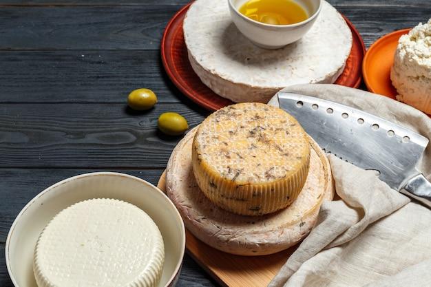 Mélangez du fromage sur la table