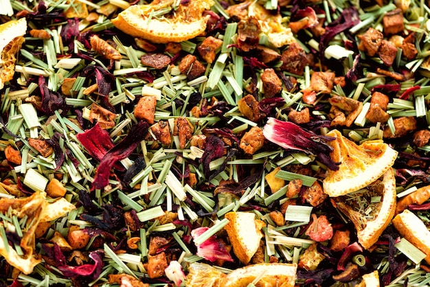 Mélangez du thé karkade avec des fruits secs et des fleurs. thé aux fruits et texture. vue de dessus. aliments. feuilles de plantes bio saines, thé de désintoxication.