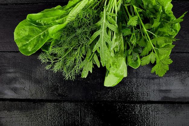 Mélangez la salade de feuilles sur le tableau noir.