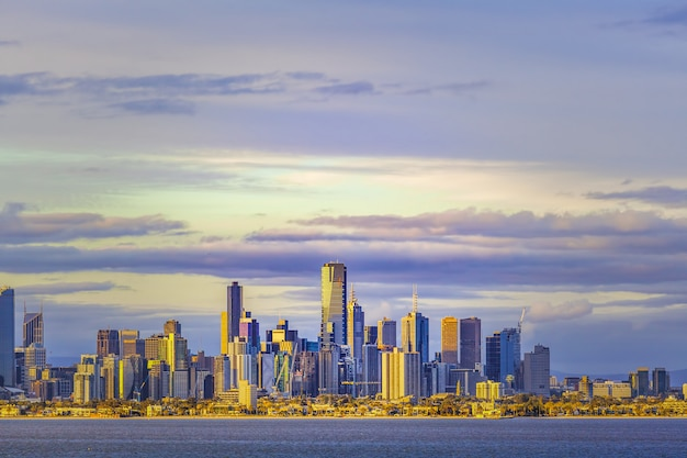 Melbourne cbd skyline au coucher du soleil depuis les eaux de port phillip.