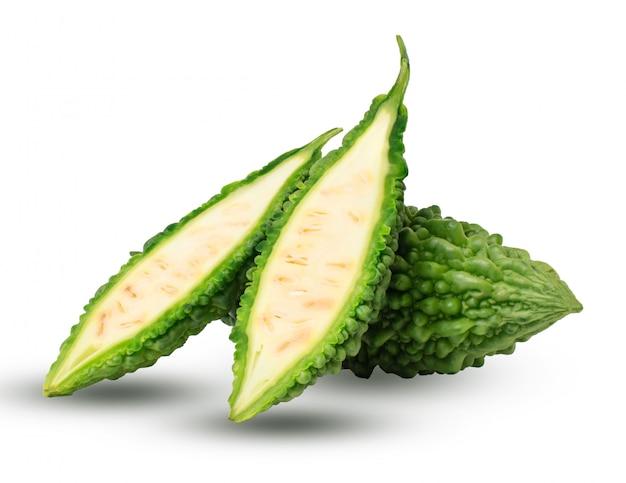 Melon amer, courge amère sur fond blanc