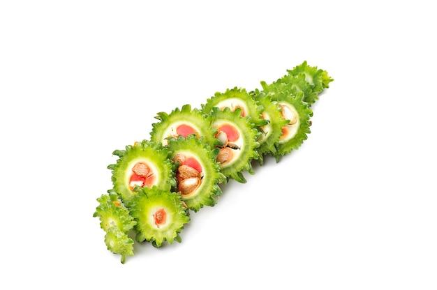 Melon amer ou courge amère sur une surface blanche.