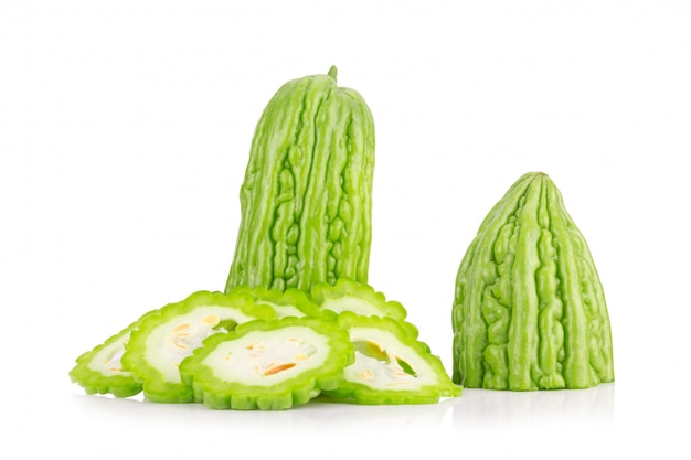 Melon amer isolé sur fond blanc