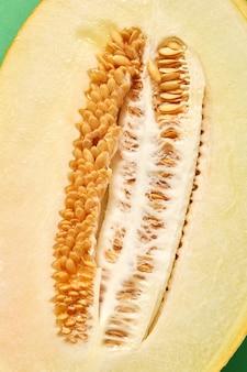 Melon biologique mûr frais coupé de moitié avec des graines, gros plan