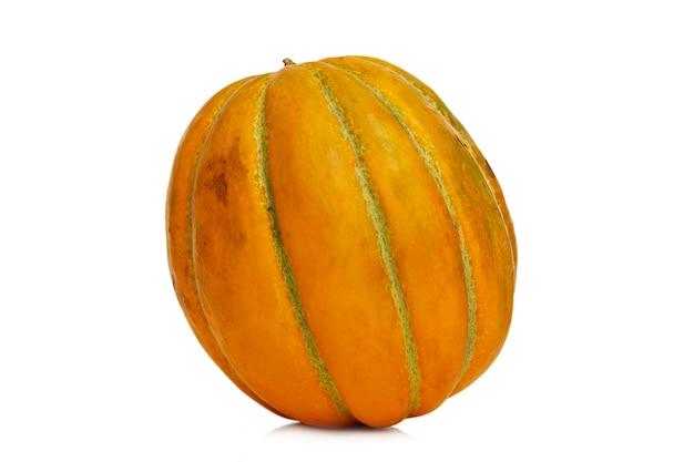 Melon camomille. récolte d'automne lumineuse et juteuse. isolé sur fond blanc. fermer.