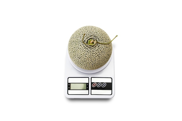 Melon cantaloup aux fruits sur balance de cuisine