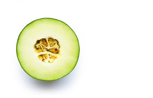 Melon cantaloup isolé sur blanc.