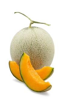 Melon cantaloup japonais bio et tranché sur fond isolé blanc avec un tracé de détourage.