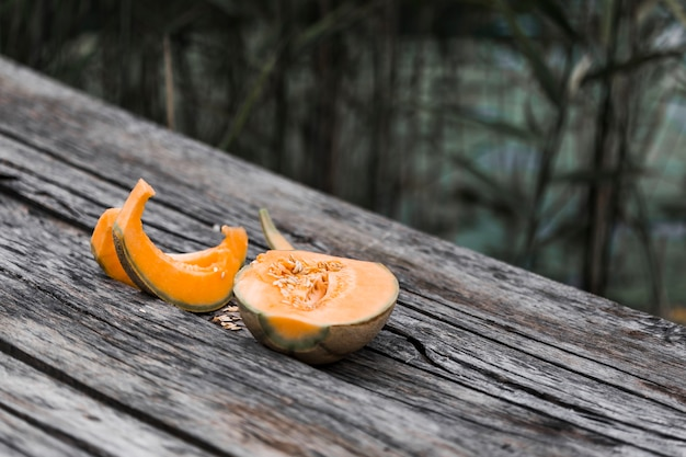 Melon cantaloup sur table en bois