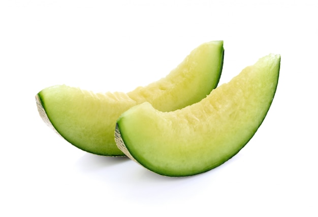 Melon cantaloup en tranches isolé sur blanc