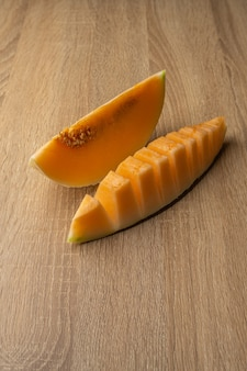 Melon à chair jaune coupé en deux c'est un fruit qui contient de la vitamine c, de la vitamine a, du bêta-carotène, du calcium, du phosphore et du fer.