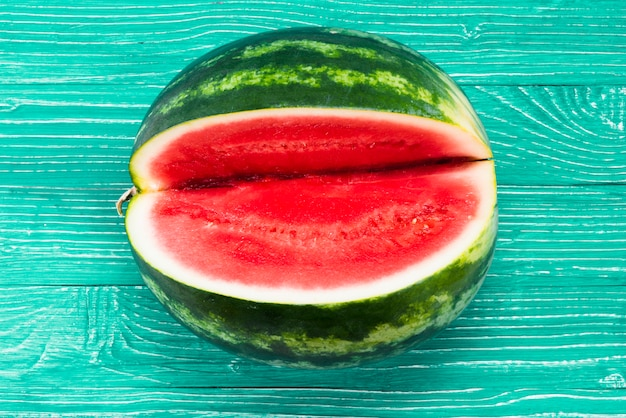 Melon d'eau douce avec découpe sur fond vert