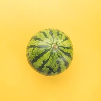 Melon d'eau entier mûr vert