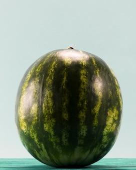 Melon d'eau entier sucré sur fond bleu
