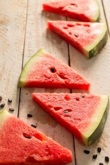 Melon d'eau fraîche en tranches sur une table en bois