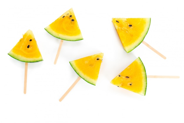 Melon d'eau jaune sur blanc