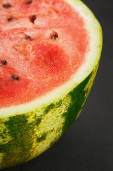 Melon d'eau moitié rouge sur fond noir