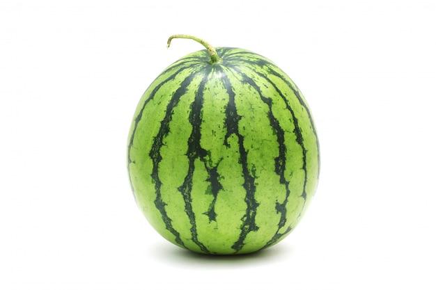 Melon d'eau mûr et savoureux isolé sur blanc