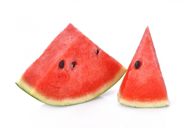 Melon d'eau mûr en tranches isolé sur fond blanc