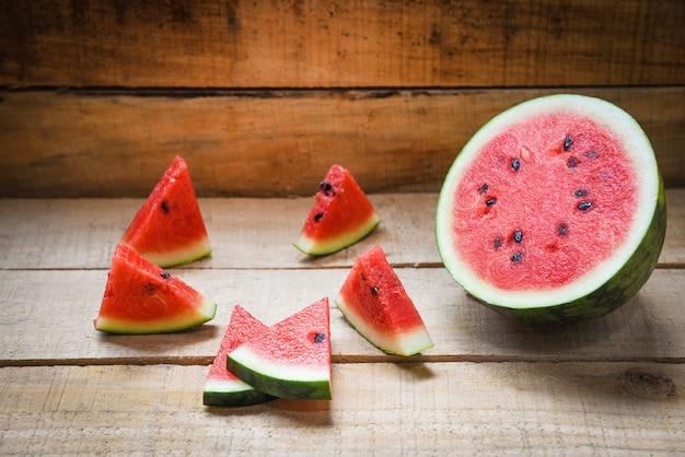 Melon d'eau rouge frais sur bois
