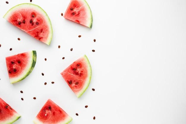 Melon d'eau en tranches sur fond blanc avec espace de copie