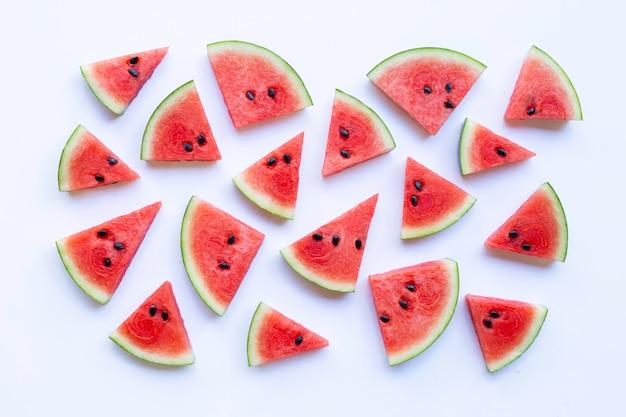 Melon d'eau en tranches sur fond blanc, vue de dessus.