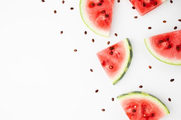 Melon d'eau en tranches sur fond blanc