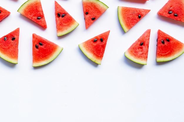 Melon d'eau en tranches sur fond blanc.
