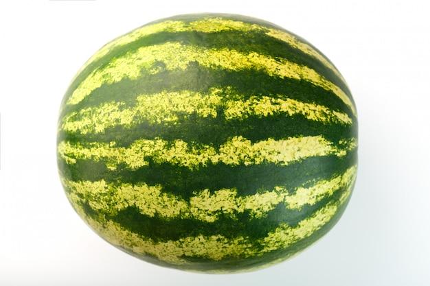 Melon d'eau avec zeste rayé sur un blanc isolé. variété de pastèque rouge