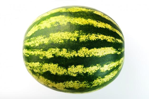 Melon d'eau avec zeste rayé sur fond blanc isolé