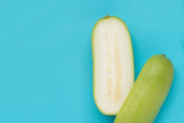 Melon d'hiver sur bleu