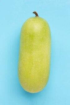 Melon d'hiver sur une surface bleue