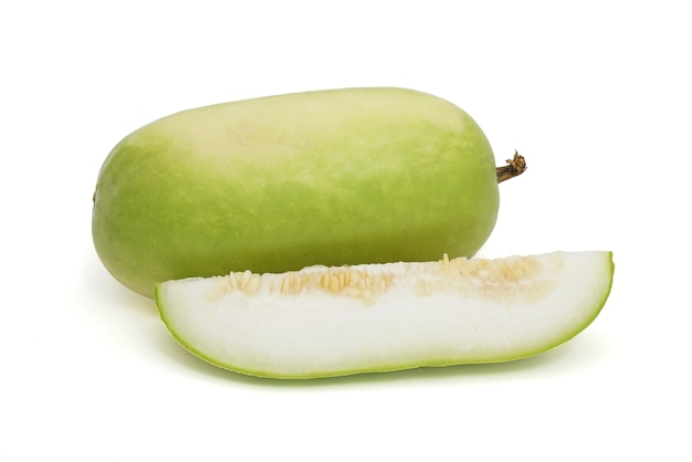 Melon d'hiver en tranches isolé sur fond blanc. (gourde blanche, gourde d'hiver ou gourde cendrée)