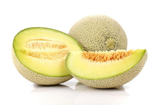 Melon, melon coupe morceau sur fond blanc.