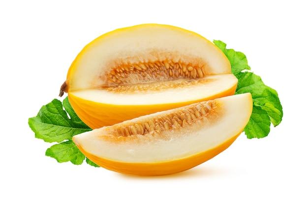 Melon miel doux avec des feuilles vertes isolés sur blanc