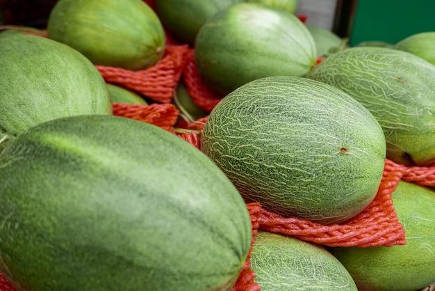 Melon mis en vente sur le stand au marché.