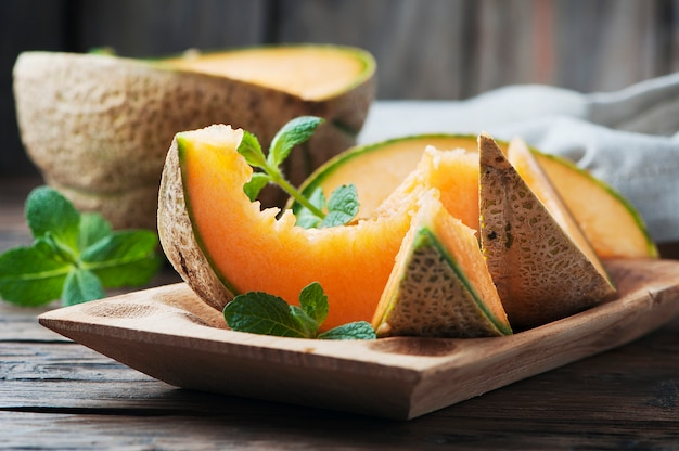 Melon orange doux frais sur la table en bois