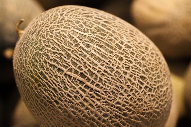 Melon résille entier, mûr, à l'épicerie