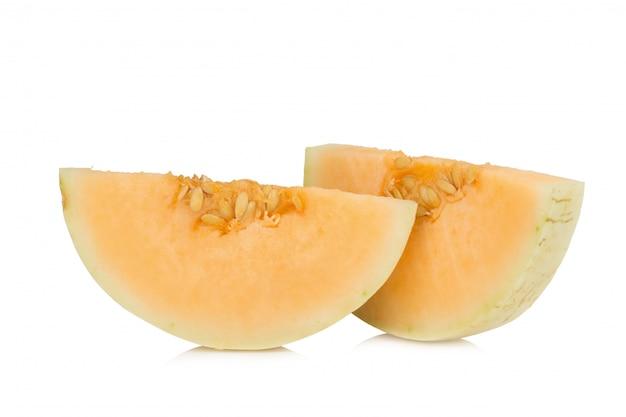 Melon (sunlady) tranche. moitié. isolé sur fond blanc