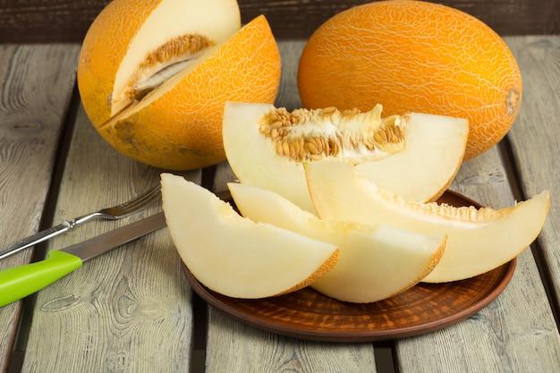Melon tranché sur table