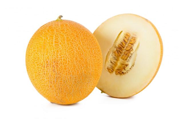 Melon en tranches isolé sur fond blanc