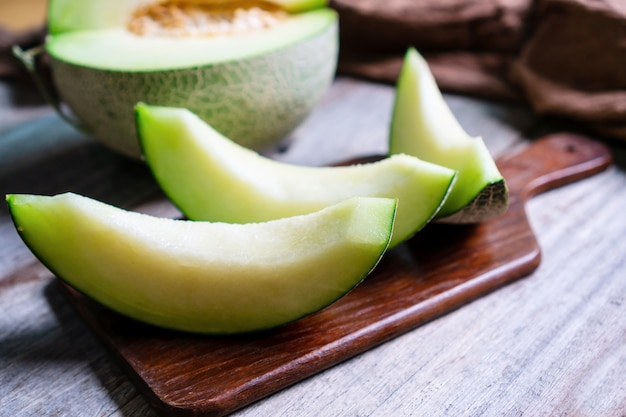 Melon vert doux frais sur table en bois