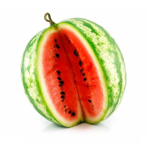 Melon vert tranché mûr isolé sur blanc