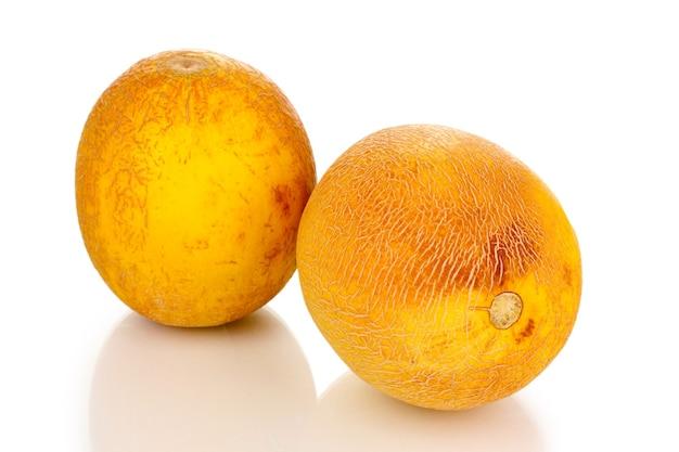 Melons mûrs isolés sur blanc